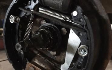 Замена задних тормозных колодок Skoda Felicia